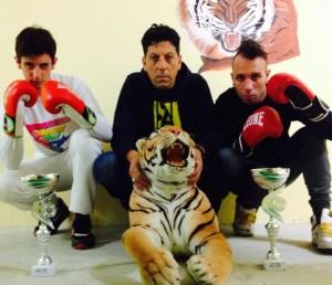 Il maestro Nogara con i due atleti premiati