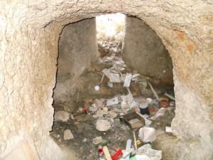 Rifiuti all'interno della grotta